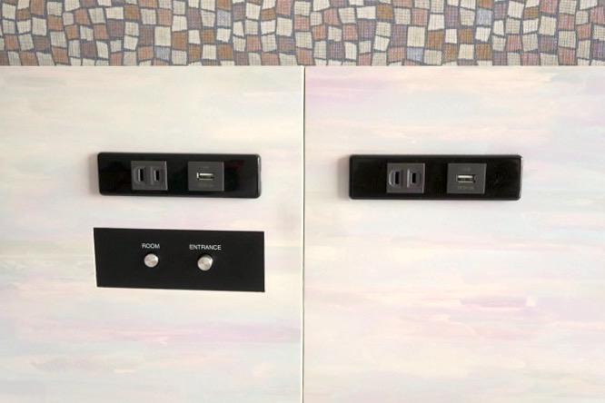 「ラ・ジェント・ホテル沖縄北谷」コンフォートツインの枕元にあるコンセントや照明スイッチ。USB電源があって嬉しい。