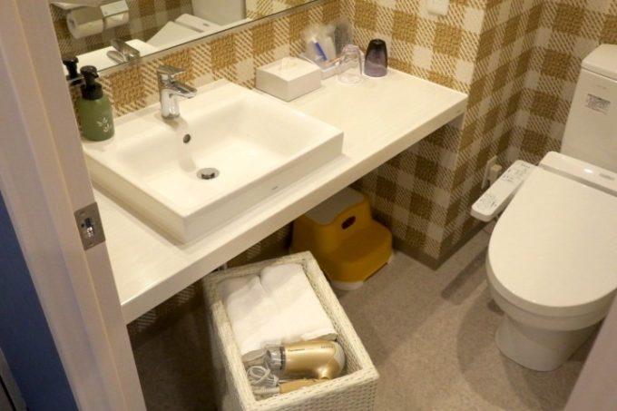 「ラ・ジェント・ホテル沖縄北谷」コンフォートツインの水回り(洗面台とトイレ)。