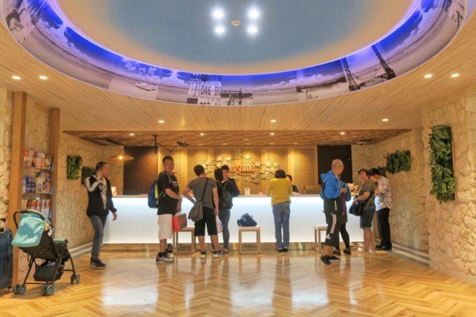 北谷・フィッシャリーナ地区にある「ラ・ジェント・ホテル沖縄北谷」のエントランスとフロント。