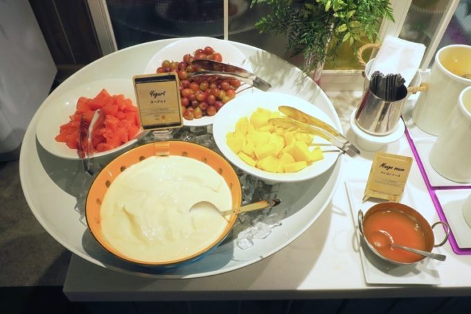 「ラ・ジェント・ホテル沖縄北谷」併設レストラン「ALLY's 沖縄 」モーニングビュッフェのフルーツとヨーグルト。