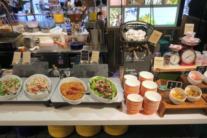 「ラ・ジェント・ホテル沖縄北谷」併設レストラン「ALLY's 沖縄 」モーニングビュッフェのパスタや和え物など。