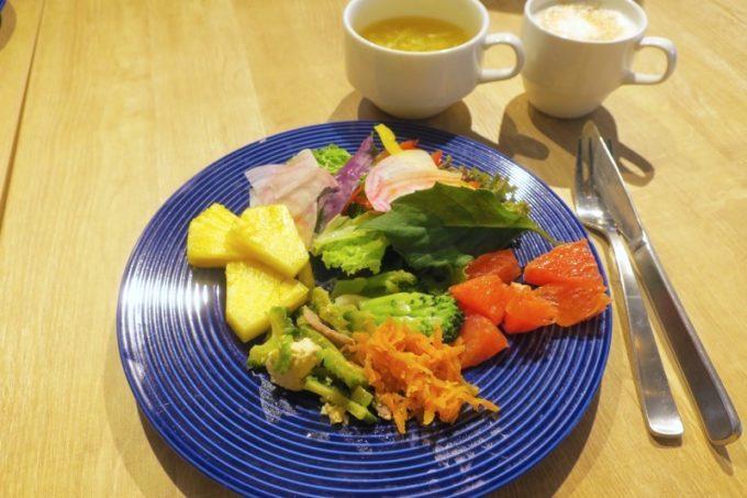 「ラ・ジェント・ホテル沖縄北谷」併設レストラン「ALLY's 沖縄 」モーニングビュッフェで取り分けてきた大人の朝ごはん。