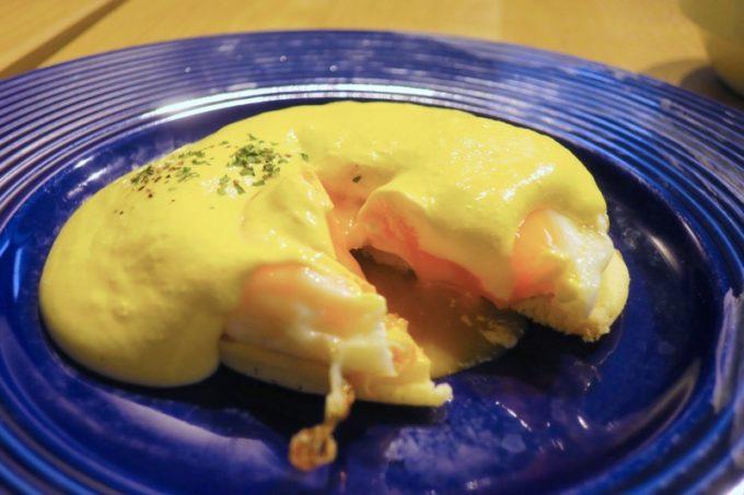 「ラ・ジェント・ホテル沖縄北谷」併設レストラン「ALLY's 沖縄 」モーニングビュッフェのエッグベネディクト。