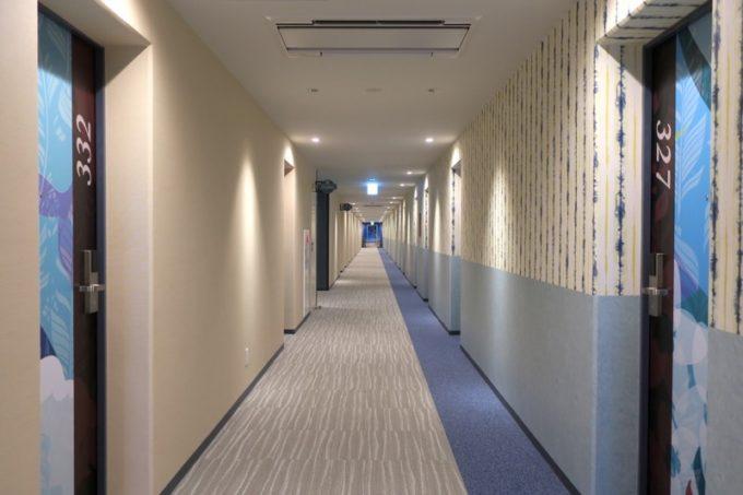 北谷・フィッシャリーナ地区にある「ラ・ジェント・ホテル沖縄北谷」のホテル宿泊エリアの廊下。