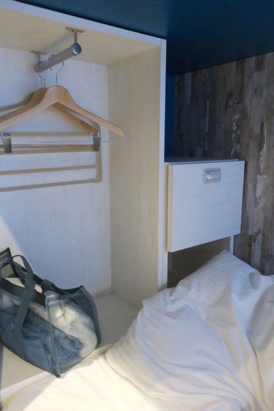 「ラ・ジェント・ホテル沖縄北谷」ドミトリールーム(シングル)の内部(その2)