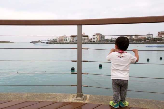 「ラ・ジェント・ホテル沖縄北谷」に泊まった翌朝のお散歩でたそがれるお子サマー。