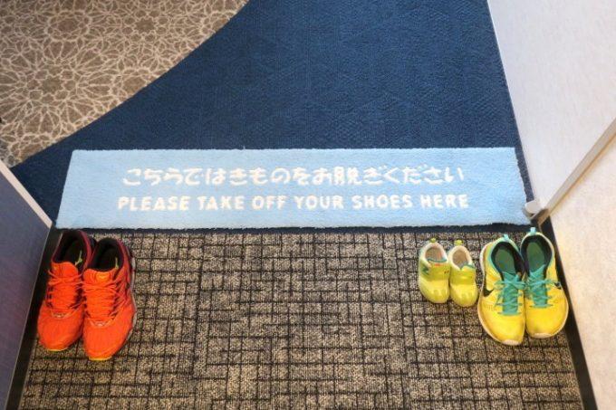 「ラ・ジェント・ホテル沖縄北谷」の客室に入る際は靴を脱ぐ。