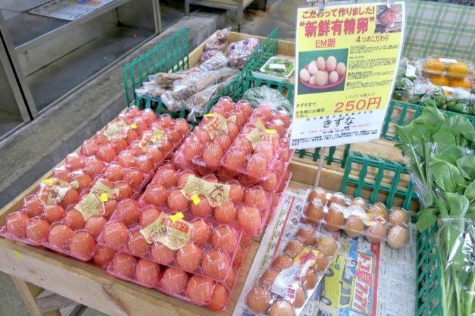 沖縄市「泡瀬漁港 パヤオ直売店」では鮮魚の他にも卵やテビチなども売っていた。