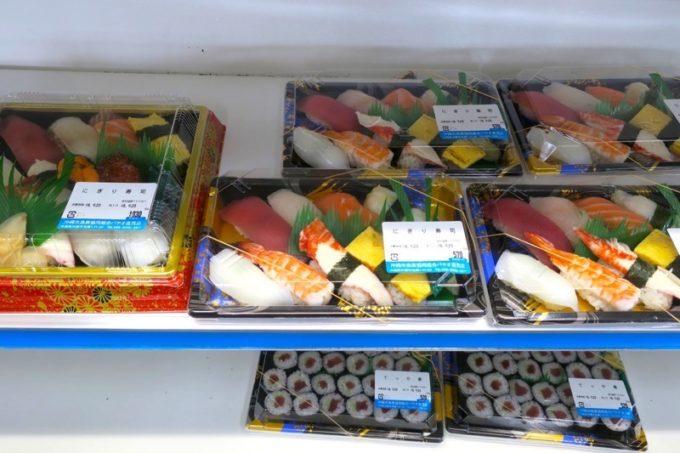 沖縄市「泡瀬漁港 パヤオ直売店」で手軽に食べられるお寿司。