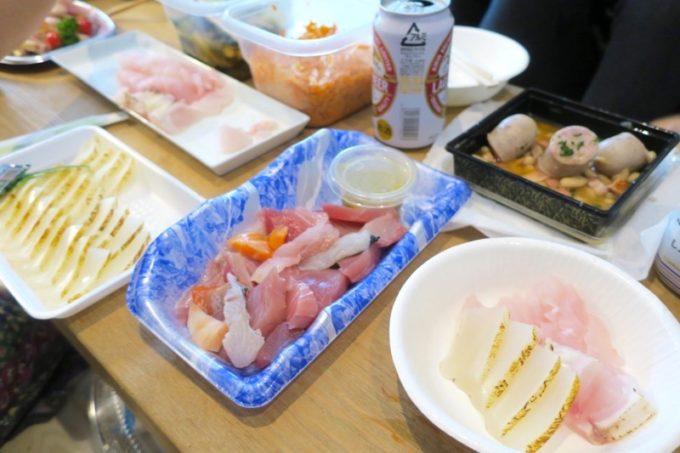 沖縄市「泡瀬漁港 パヤオ直売店」で購入したレンコダイの刺身や、セーイカ刺身(500円)、 刺身の切り落としポンズわさび和え(350円)など。