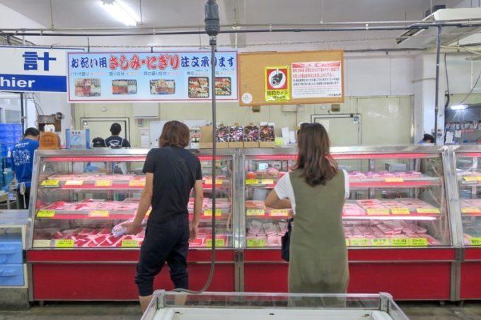 沖縄市「泡瀬漁港 パヤオ直売店」の店内で切り身を売っていた冷蔵ケース。