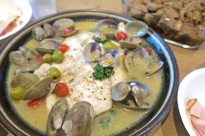 沖縄市「泡瀬漁港 パヤオ直売店」で購入した真鯛とアサリでアクアパッツァを作ってもらった。