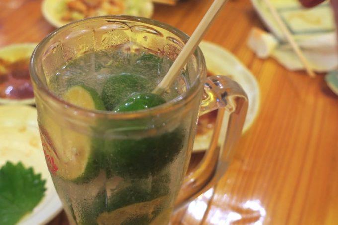 那覇・松尾「らう次郎」の凍結サワーの2杯目は中だけ250円で注文できる。