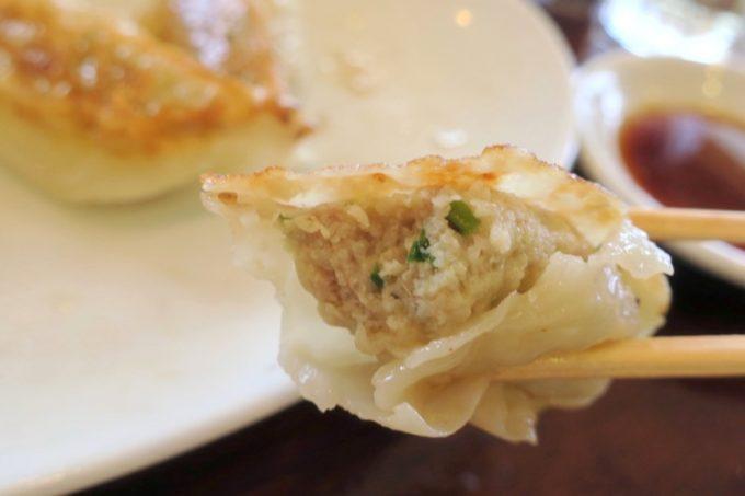 「担々亭 南上原店」の餃子は餡に対し皮がペラペラと薄く、弱い印象。