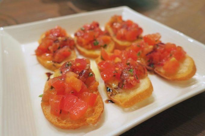 那覇・サンライズなは商店街「Taste of Okinawa(テイスト オブ オキナワ)」コース料理のバジル&ガーリックブルスケッタ。