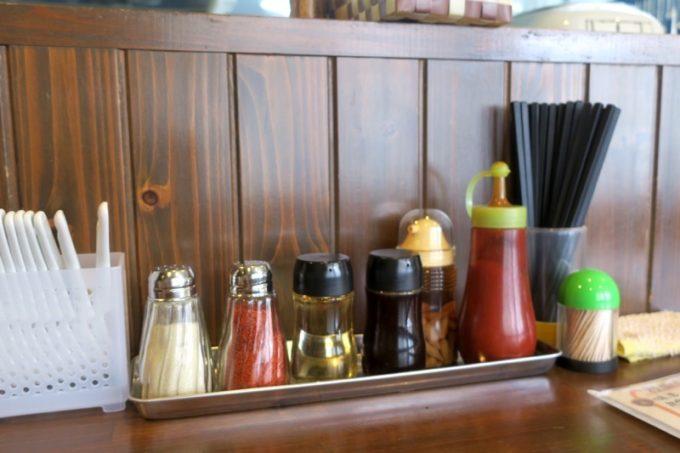 浦添・宮城「麺や 和楽」の卓上調味料。