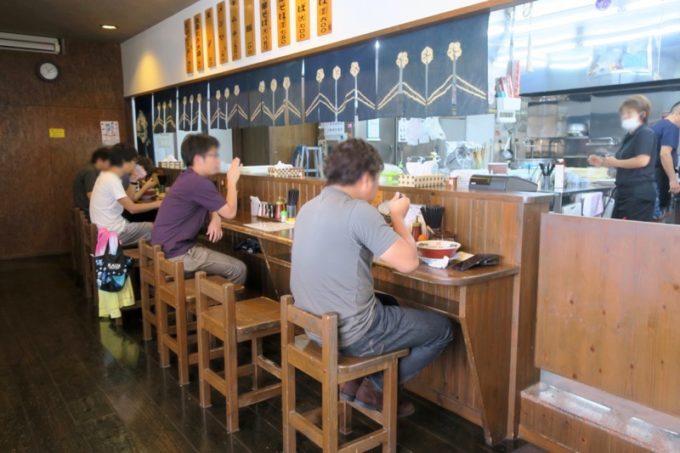 浦添・宮城「麺や 和楽」の店内にはカウンター席と、テーブル席が2つあった。