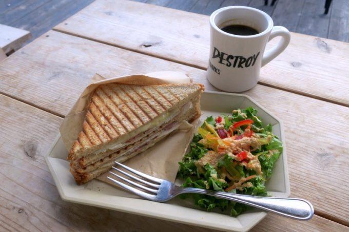 北谷「ジバゴコーヒーワークス(ZHYVAGO COFFEE WORKS OKINAWA)」スモークベーコン&チーズのサンドイッチ(プレート、980円)