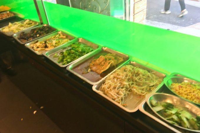 台湾・台北「淞美自助餐」所狭しと台湾料理が並ぶ。
