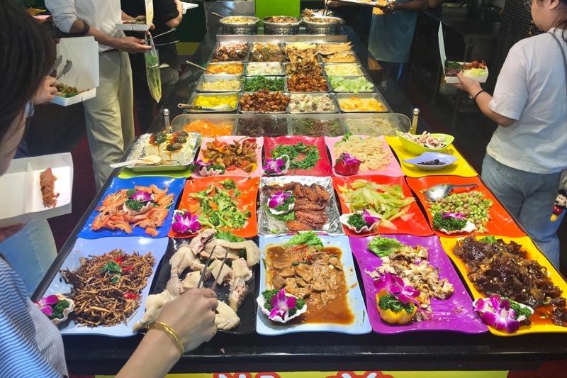 台湾・台北「淞美自助餐」に並ぶ、台湾料理のおかず数々。