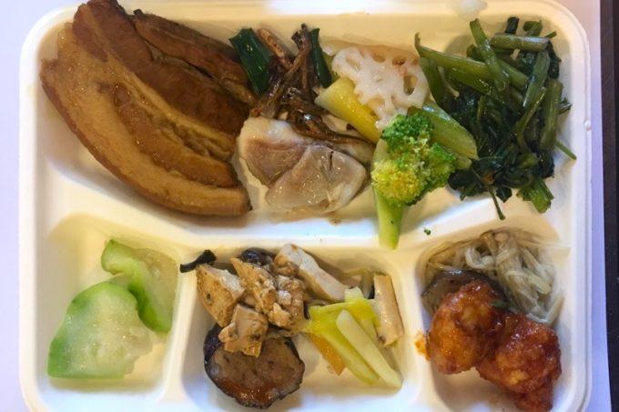 台湾・台北「淞美自助餐」でセルフで取り分けた台湾料理。