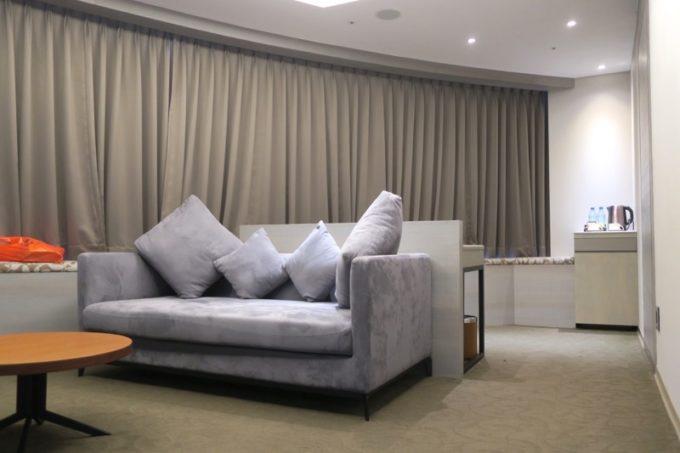台北「グリーンワールドグランド南京(洛碁大飯店南京館)」のエグゼクティブスイートのリビングルームの様子。