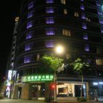 台北「グリーンワールドグランド南京(洛碁大飯店南京館)」のエグゼクティブスイートの外観(夜)。