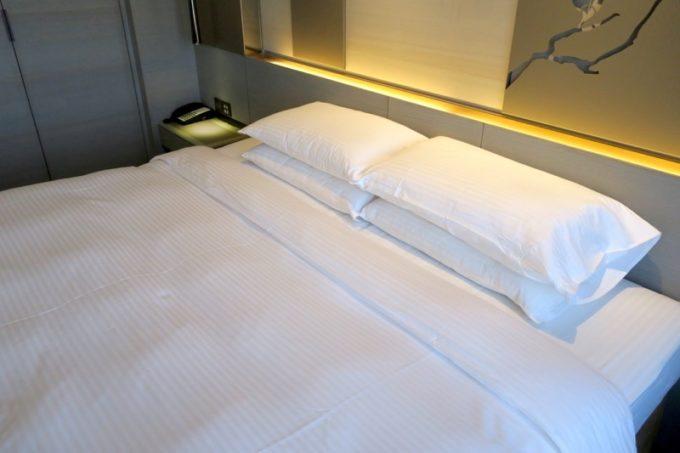 台北「グリーンワールドグランド南京(洛碁大飯店南京館)」のエグゼクティブスイートのキングサイズベッド。