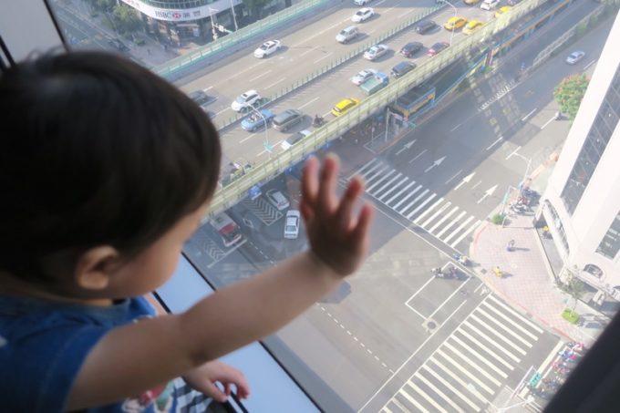台北「グリーンワールドグランド南京(洛碁大飯店南京館)」のエグゼクティブスイートから地上を見下ろす。