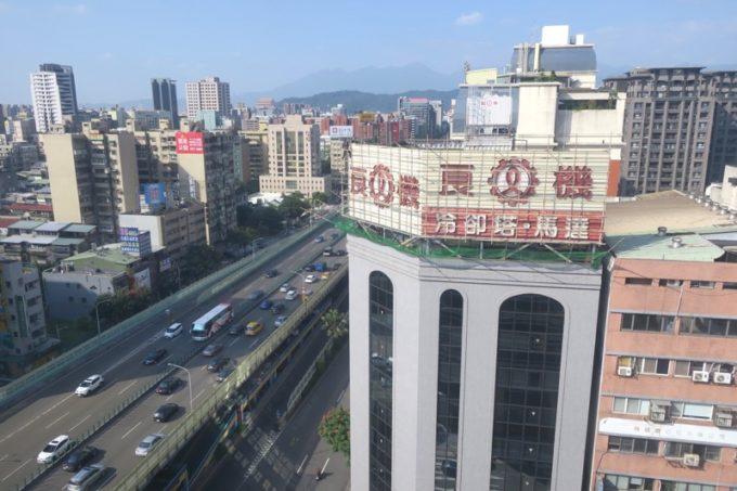 台北「グリーンワールドグランド南京(洛碁大飯店南京館)」のエグゼクティブスイートからの眺め(日中)。