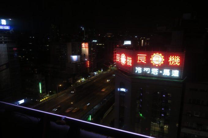 台北「グリーンワールドグランド南京(洛碁大飯店南京館)」のエグゼクティブスイートからの眺め(夜景)。