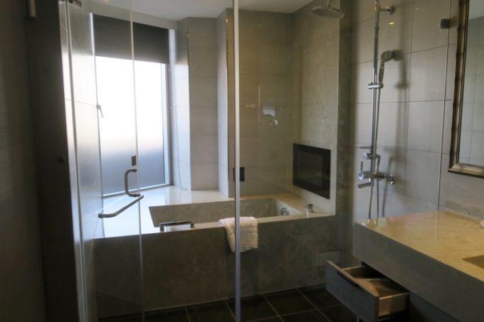 台北「グリーンワールドグランド南京(洛碁大飯店南京館)」エグゼクティブスイートのバスルームはガラス張り。
