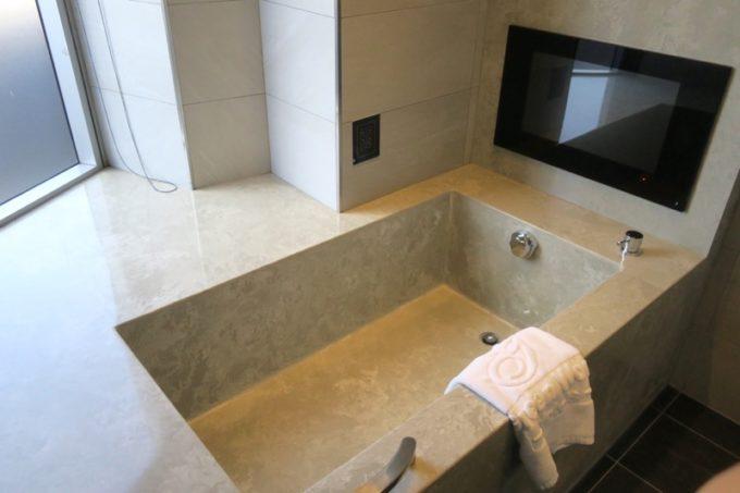 台北「グリーンワールドグランド南京(洛碁大飯店南京館)」のエグゼクティブスイートの浴槽にはテレビがついていた。