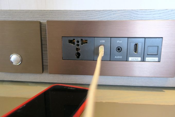 台北「グリーンワールドグランド南京(洛碁大飯店南京館)」エグゼクティブスイートのライティングデスクには、USB充電ポートがついていた。