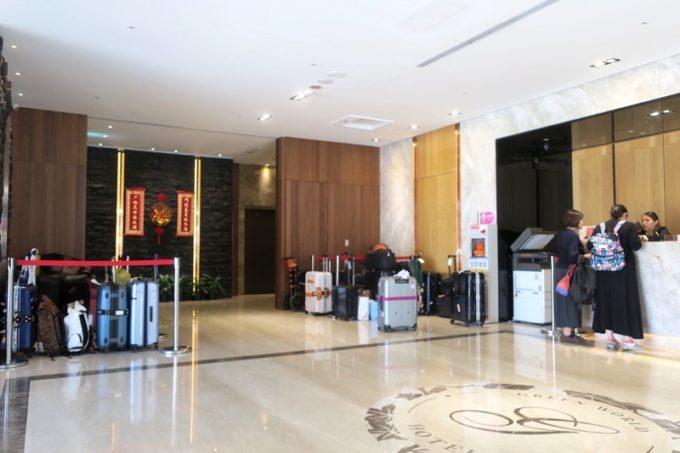 台北「グリーンワールドグランド南京(洛碁大飯店南京館)」のエントランス周辺。
