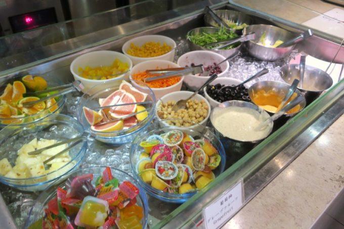 台北「グリーンワールドグランド南京(洛碁大飯店南京館)」朝食ビュッフェをいただく(サラダやフルーツ)。