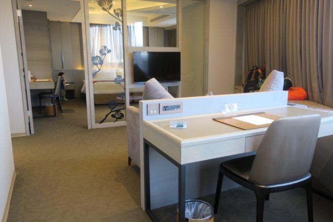 台北「グリーンワールドグランド南京(洛碁大飯店南京館)」のエグゼクティブスイートのリビングルームと、ライティングデスク。