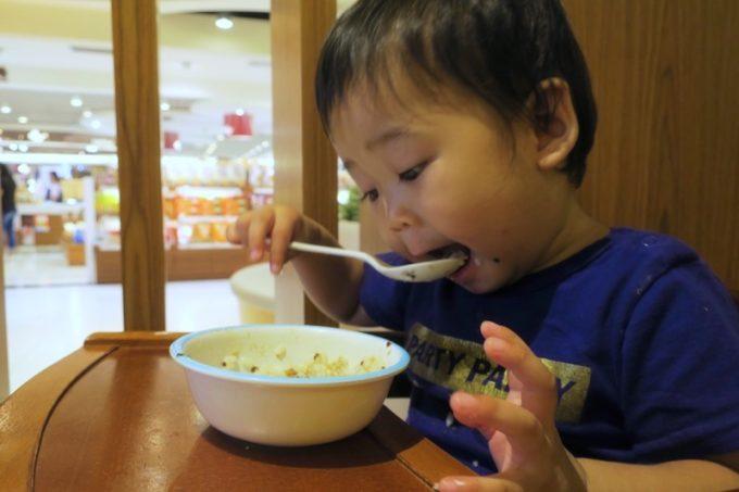 お子サマーに、地瓜飯を食べやすくするため、紅藜雞米粥を混ぜて食べさせてみる。