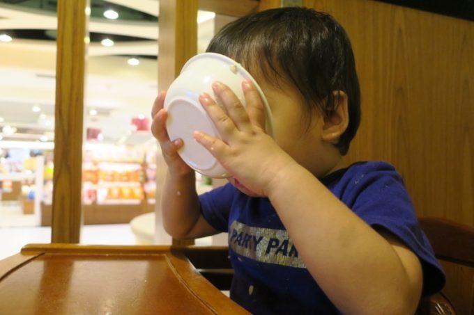 お子サマーは器を持ち上げて汁気すらも飲み干す。