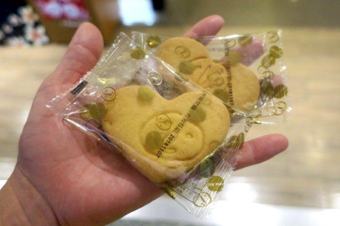 桃園国際空港T1出国ロビー「客家主題餐庁」でお会計を済ませると、「お子さんに」とクッキーを2枚いただきました。