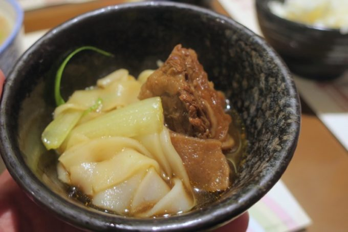 桃園国際空港T1出国ロビー「客家主題餐庁」台湾牛肉粄條を少しおすそ分けしてもらった。