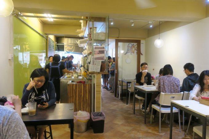 台北「味鼎蛋餅(ウェイディンダンピン)」の店内はカフェのようだった。