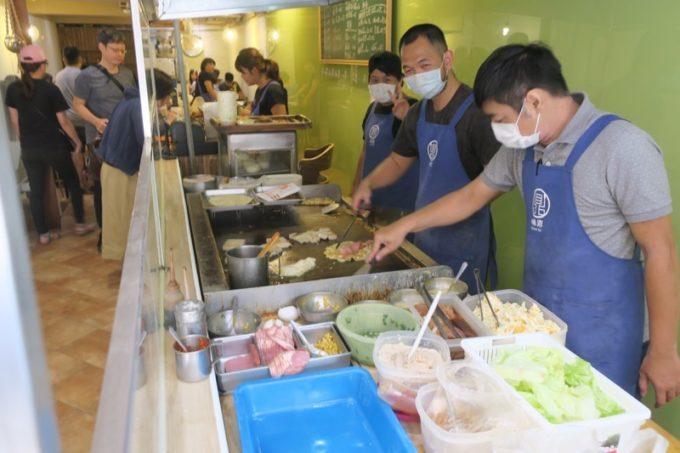台北「味鼎蛋餅(ウェイディンダンピン)」に入ってすぐ、焼き場がある。