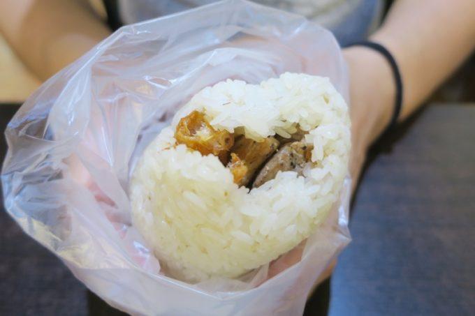 台北「味鼎蛋餅(ウェイディンダンピン)」の豚肉おにぎりは、どこかで見たことのあるフォルム...(前夜も食べた)。