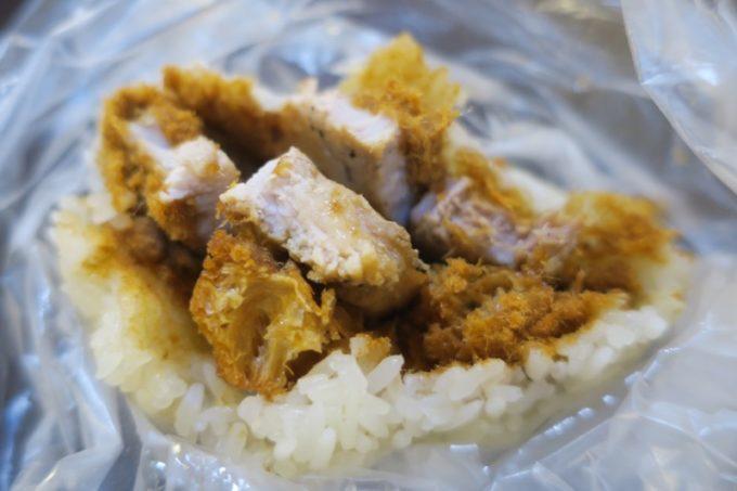 台北「味鼎蛋餅(ウェイディンダンピン)」の豚肉おにぎりのボリュームが半端ない。