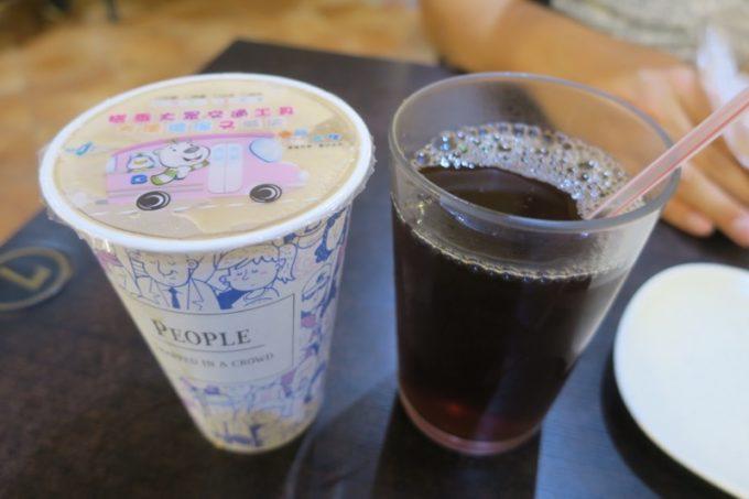 台北「味鼎蛋餅(ウェイディンダンピン)」の米漿(TWD25)と紅茶(TWD25)