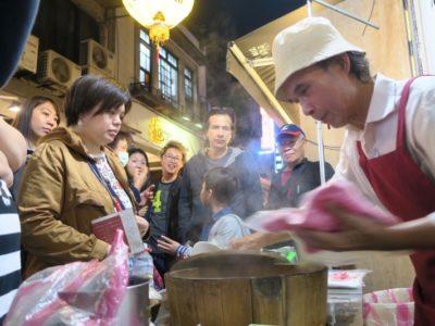 台北・士林夜市で行列ができていた「阿婆飯糰」というおにぎり屋台。