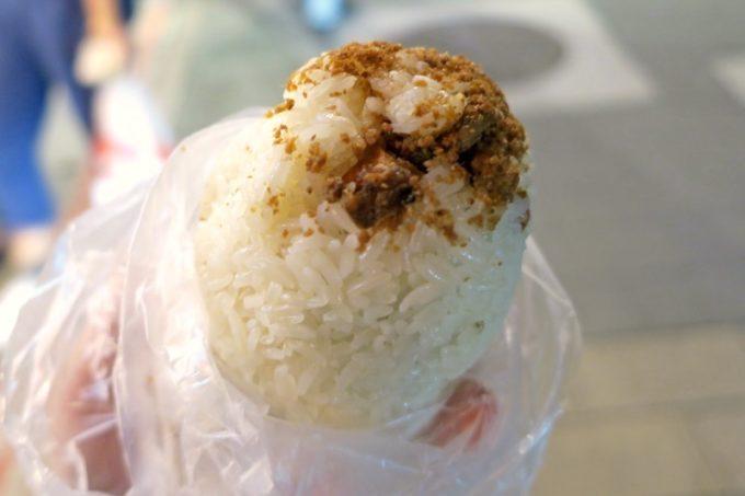 台北・士林夜市「阿婆飯糰」のおにぎりを袋から出してみる。デカい。