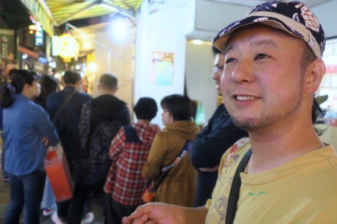台北・士林夜市「阿婆飯糰」の行列に並んでホクホク顔のご主人サマー。