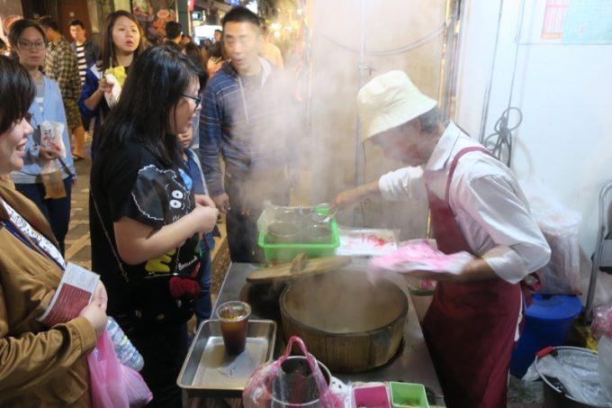台北・士林夜市「阿婆飯糰」木桶の蓋を開けると蒸気がボワッと。